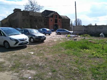 Balkáni állapotok a XV.kerületben! Istvántelek Vasútállomás szomszédságában van ez a szeméttelep, ami alapvetően parkoló lenne, de ahogy a képek is mutatják, a szemét között kell parkolnia azoknak, akik innen a környezetüket kímélve vonattal közlekednek a belváros felé! Miért kell évek, évtizedek óta ezt eltűrje a kerületi lakosság?